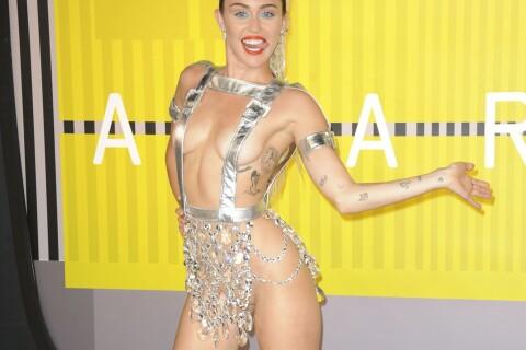Miley Cyrus complètement nue et couverte de lait, et le public aussi...
