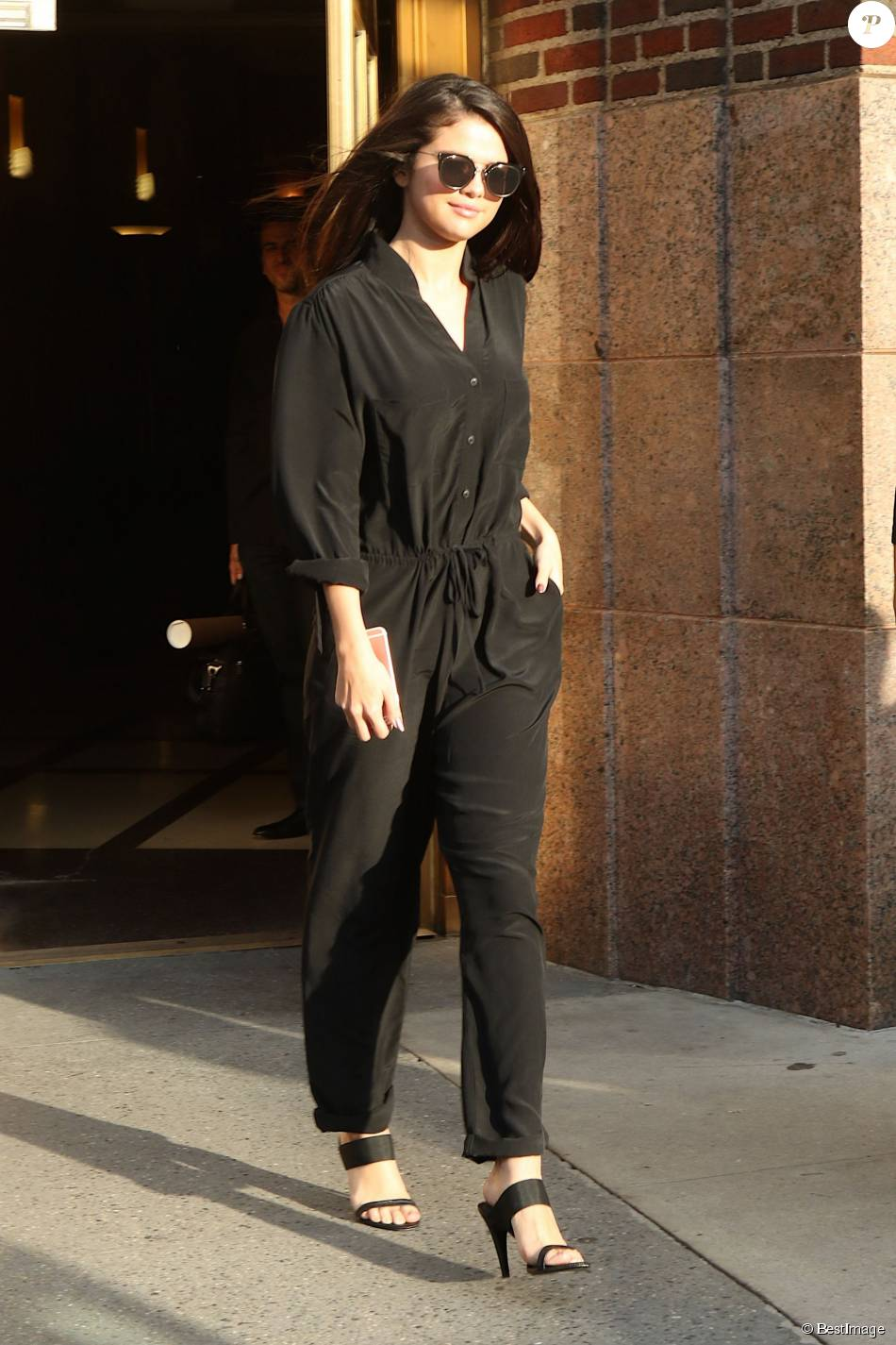 Selena Gomez à la sortie des studios de la radio Z100 à New York, le 13 octobre 2015.