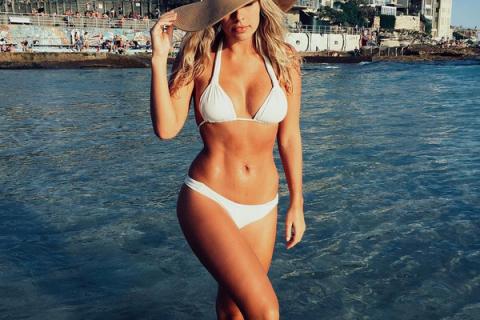 Natasha Oakley : Irrésistible en bikini, la bombe s'éclate à la plage