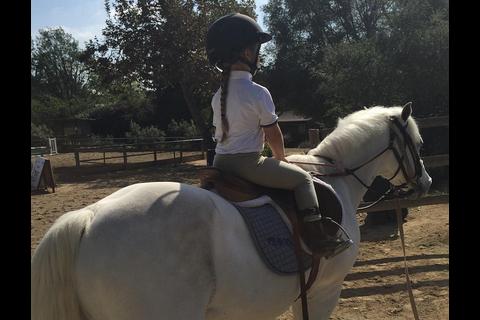 Victoria Beckham : Trop fière de sa fille Harper, adorable petite cavalière !