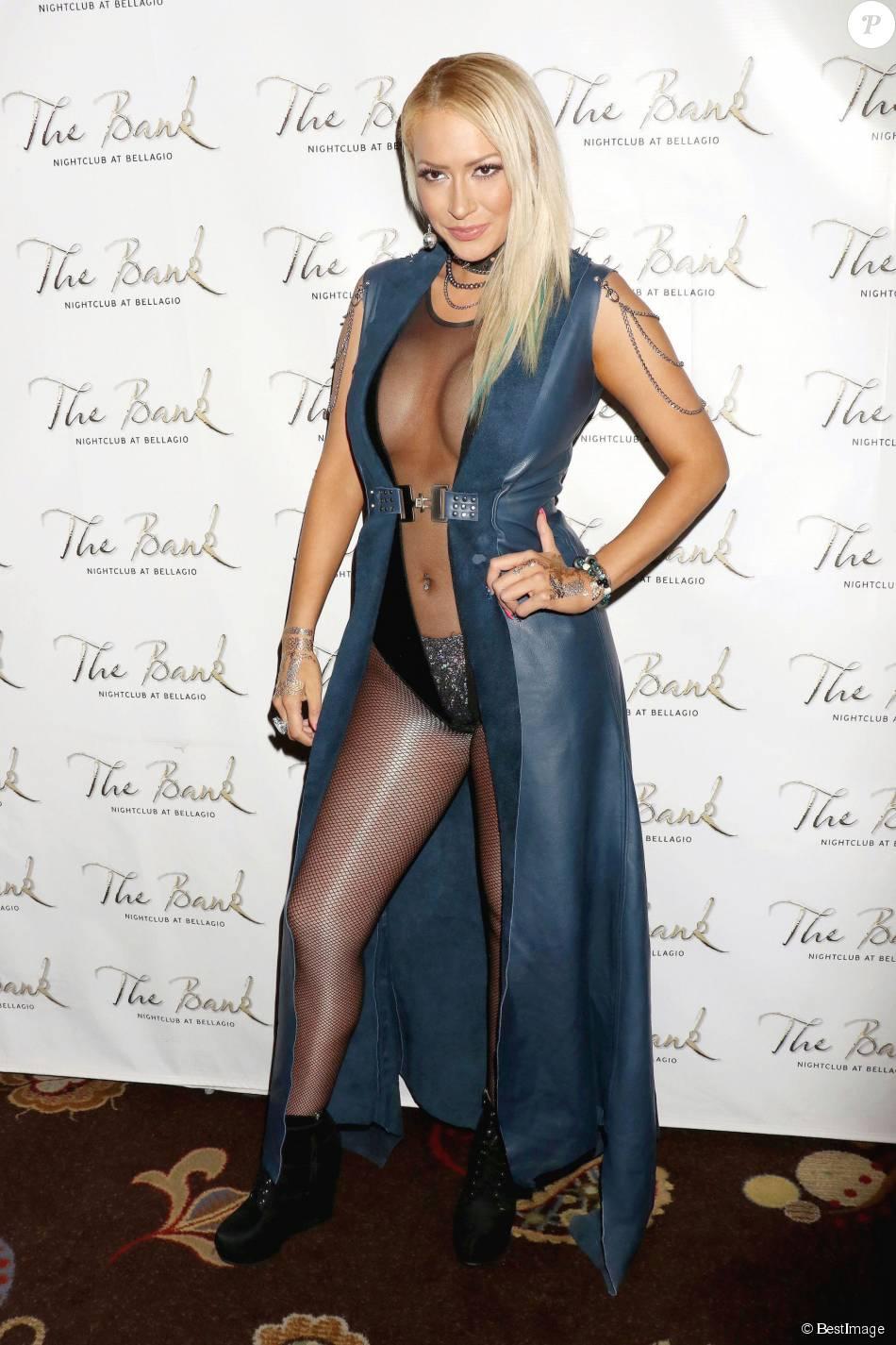 Kaya Jones pose en tenue légère et transparente au Bellagio à Las Vegas le 23 octobre 2015 avant son showcase au club The Bank pour la promotion de son album The Chrystal Neria Album.