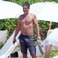 Exclusif - Rob Lowe et sa femme Sheryl Berkoff font des selfies sur une plage lors de leurs vacances à Maui. Le 1er avril 2015