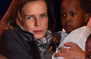 Stéphanie de Monaco, touchée par un petit garçon, fait un geste pour la France