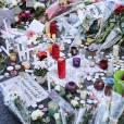 """Les parisiens rendent hommage aux victimes des attentats terroristes devant 'hôtel restaurant """"Le Carillon"""" face et le restaurant """"Le petit Cambodge"""", rue Alibert (Au moins 12 morts) à Paris le 15 novembre 2015."""