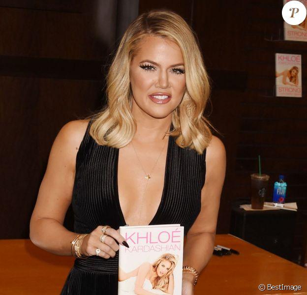 """Khloé Kardashian dédicace son livre """"Strong Looks Better Naked"""" à la librairie Barnes & Noble au The Grove à Los Angeles, le 9 novembre 2015. © CPA"""