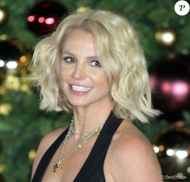 Britney Spears enclenche l'éclairage du sapin de Noël de l'hôtel-casino LINQ, sur le Strip, à Las Vegas le 21 novembre 2015.