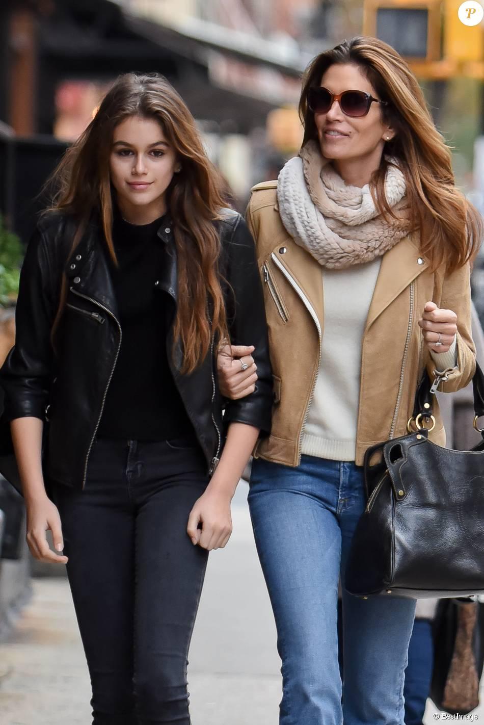 Exclusif - Cindy Crawford se promène avec sa fille Kaia Jordan Gerber dans les rues de New York. Le 22 novembre 2015