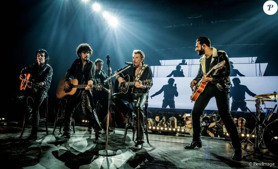 Exclusif - Robin Le Mesurier, Yarol Poupaud et Maxim Nucci (Yodelice) entourent Johnny Hallyday en concert à Amnéville. Le 18 novembre 2015 ©Andred/Bestimage.