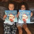 Les jumeaux de Mariah Carey découvrent le livre de Noël de leur maman / photo postée sur Instagram