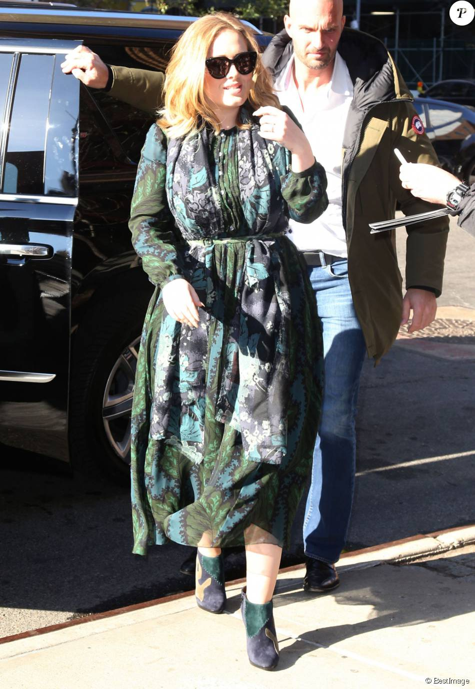 la chanteuse adele rencontre ses fans dans la rue new york le 25 novembre 2015 elles est. Black Bedroom Furniture Sets. Home Design Ideas