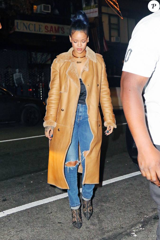 rihanna de sortie new york porte un manteau camel en cuir chanel un top noir en satin un. Black Bedroom Furniture Sets. Home Design Ideas
