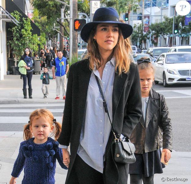 Jessica Alba et ses filles Honor et Haven sont allées au M Cafe à Beverly Hills. La maman star porte un manteau Joseph, une chemise rayée ATM, un jean Paige et des baskets Vans. Un sac Tory Burch (modèle 797) et un chapeau Maison Michel complètent sa tenue. Le 28 novembre 2015.