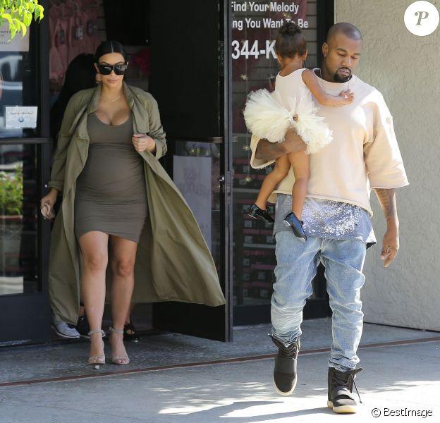 Kim Kardashian, enceinte, et son mari Kanye West vont chercher leur fille North à son cours de danse à Woodland Hills, le 7 octobre 2015.