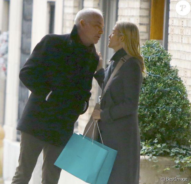 Exclusif - Kelly Rutherford et son petit-ami Tony Brand font du shopping sur Madison Avenue à New York, le 9 décembre 2015.