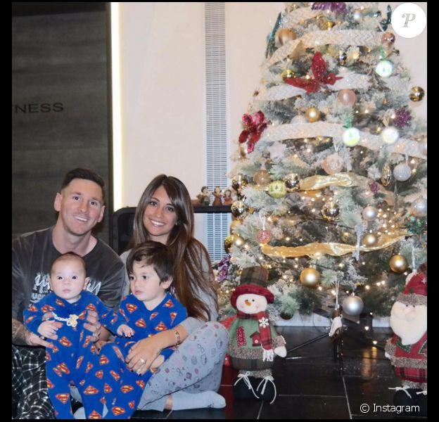 Lionel Messi avec sa belle Antonella et ses enfants Mateo et Thiago le 11 décembre 2015.