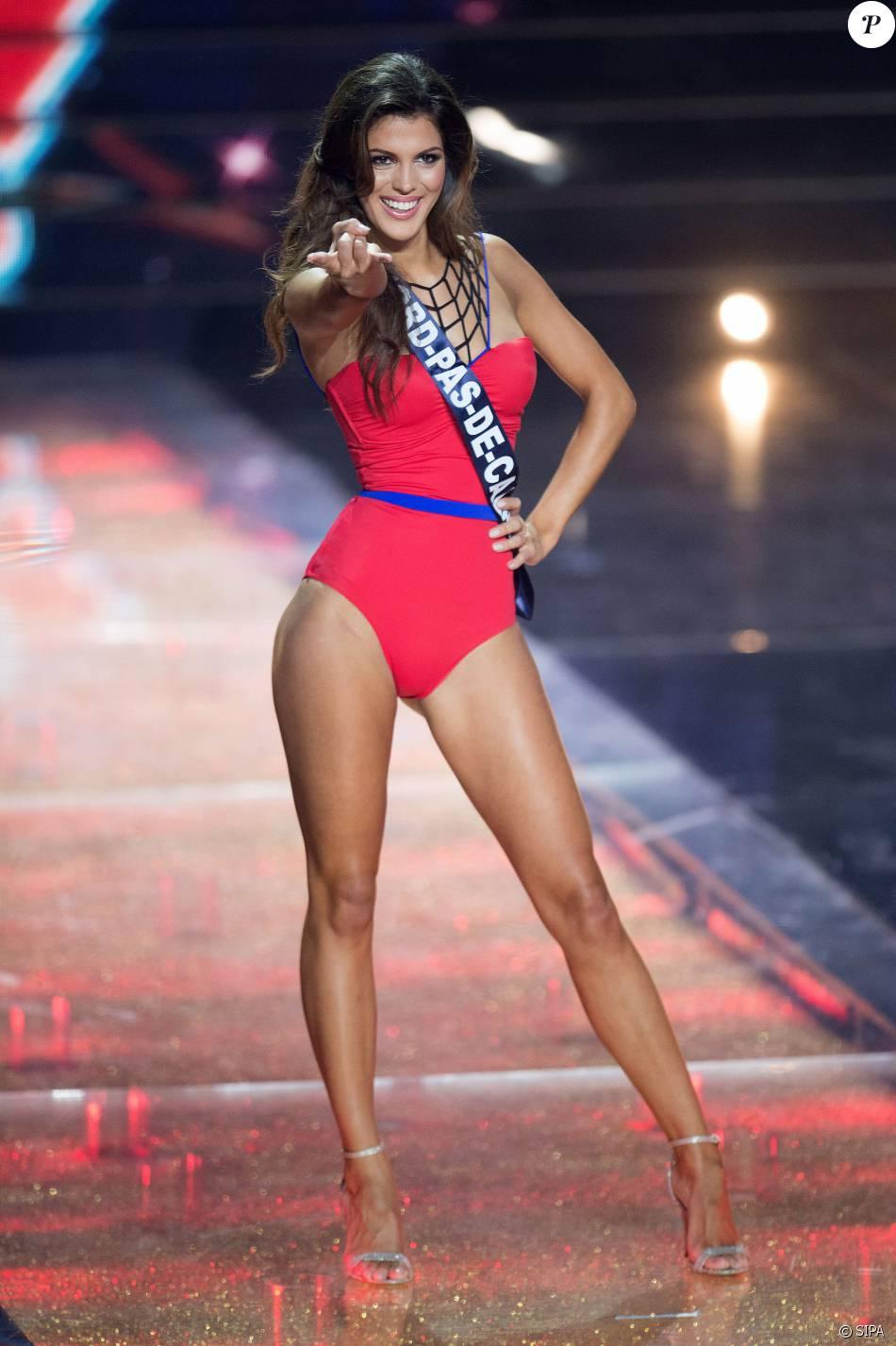 Iris Mittenaere en maillot de bain une pièce, lors de l'élection de Miss France 2016 au Zénith de Lille, le samedi 19 décembre 2015.