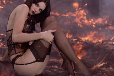 Kendall Jenner : Torride en lingerie, elle embrase Noël