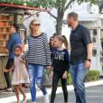 Le top Model Heidi Klum fait du shopping en famille à Los Angeles avec ses enfants Johan, Leni, et Lou ainsi que ses parents Erna et Gunther le 21 novembre 2015.