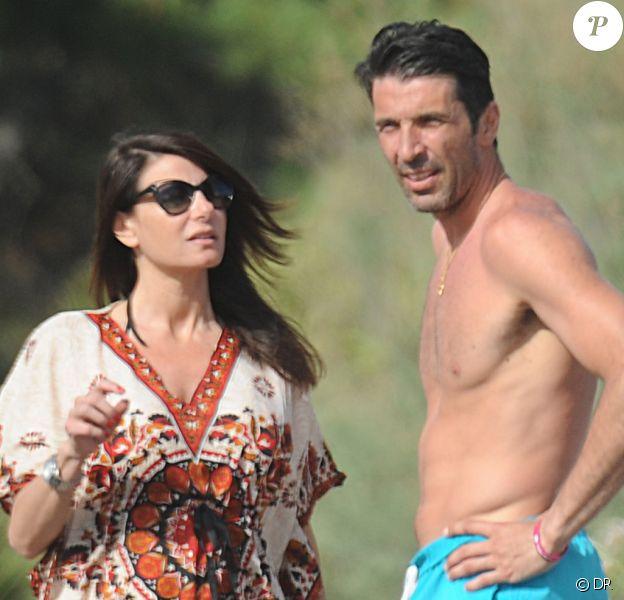 Gianluigi Buffon et sa sublime Ilaria D'Amico sur la plage de Forte Dei Marmi en Italie le 25 juin 2015
