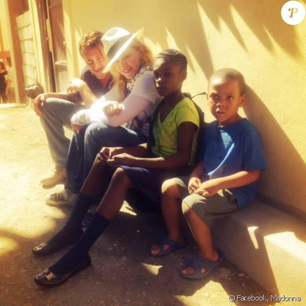 Madonna et son fils Roco Ritchie en visite à Haïti avec Sean Penn, novembre 2013.