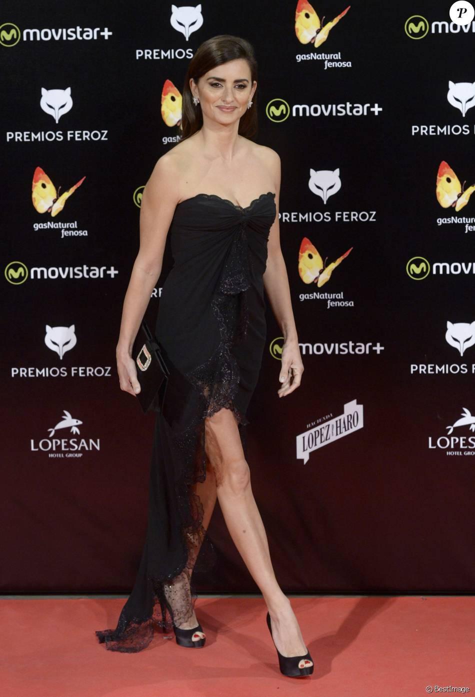 Penélope Cruz en Emmanuel Ungaro, pochette Roger Vivier Soirée des Feroz Awards 2016 à Madrid. Le 19 janvier 2016.