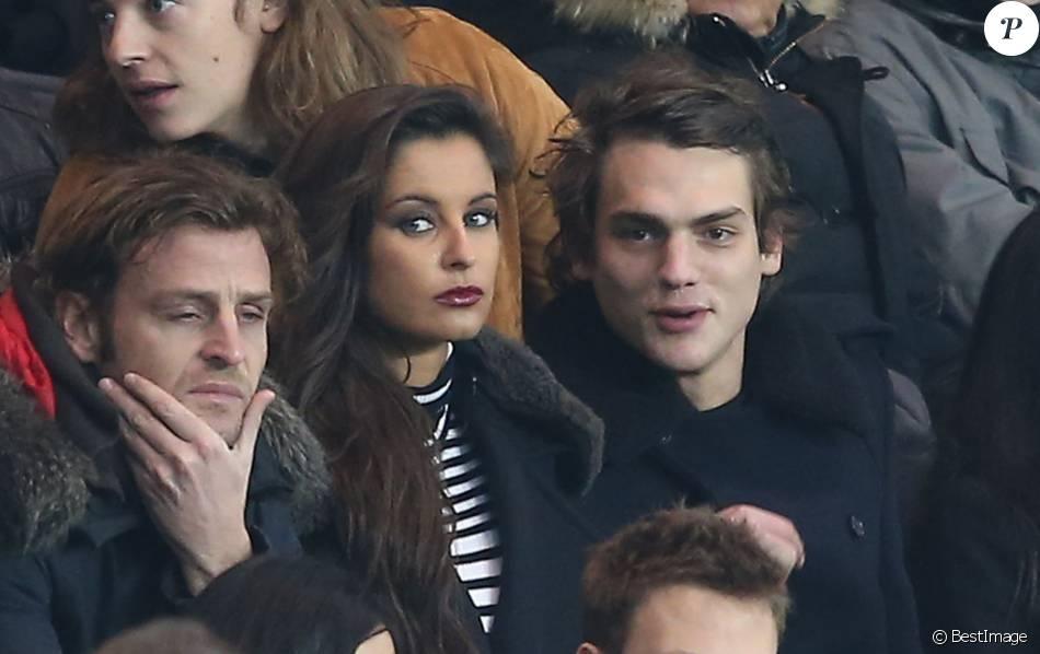Malika Ménard et un ami, dans les tribunes du Parc des Princes à Paris, lors du match PSG - Angers, dans le cadre de la 22e journée de Ligue 1, le 23 janvier 2016. ©Cyril Moreau