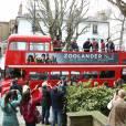 """Ben Stiller, en costume façon drapeau anglais, et Owen Wilson, avec un poncho drapeau anglais aussi, refont la fameuse photo de l'album Abbey Road des Beatles à Londres, à l'occasion de la première du film """"Zoolander 2"""". Le 4 février 2016"""