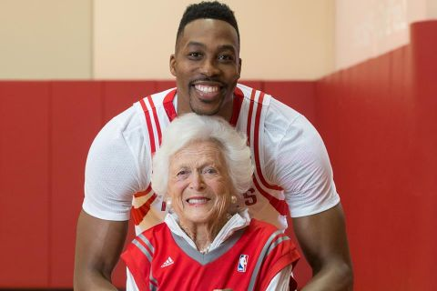 Barbara Bush et Dwight Howard : L'improbable duo met la main au panier