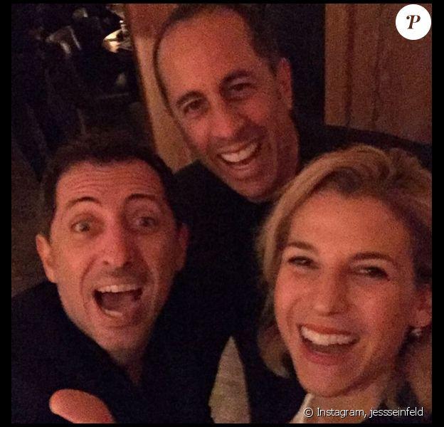 """L'humoriste Gad Elmaleh heureux de voir Jerry Seinfeld faire la première partie de son spectacle """"Oh my Gad"""", à New York. Le 5 février 2016."""