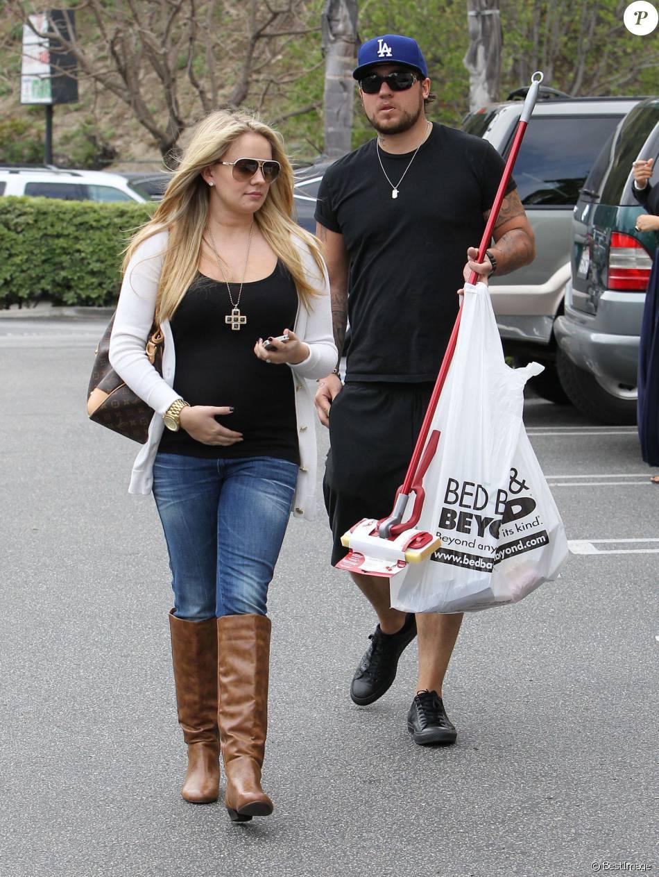 Tiffany Thornton enceinte et son mari Chris Carney font du shopping à Los Angeles, le 12 avril 2012