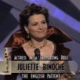 Cérémonie des Oscars : Juliette Binoche reçoit le prix de meilleure actrice dans un second rôle pour Le Patient anglais en 1997