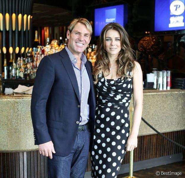 Elizabeth Hurley et son petit-ami Shane Warne assistent au lancement du Shane Warne Foundation's Ambassador Program au Club 23 in Melbourne, Australie, le 12 Novembre 2013.