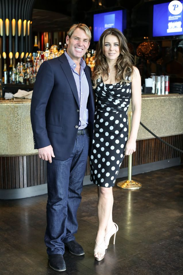 Elizabeth Hurley et son petit-ami Shane Warne assistent au lancement du Shane Warne Foundation's Ambassador Program au Club 23 in Melbourne, Australie, le 12 Novembre 2013.
