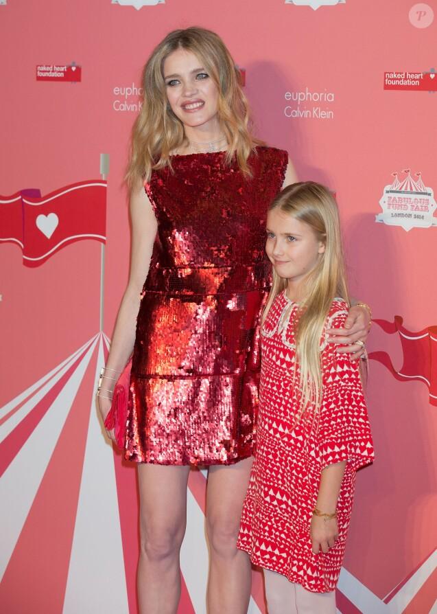 """Natalia Vodianova (bijoux Messika) et sa fille Neva Portman - Photocall de la soirée """"Fabulous Fund Fair"""" organisée par l'association """"Naked Heart"""" lors de la Fashion Week à Londres, le 20 février 2016."""
