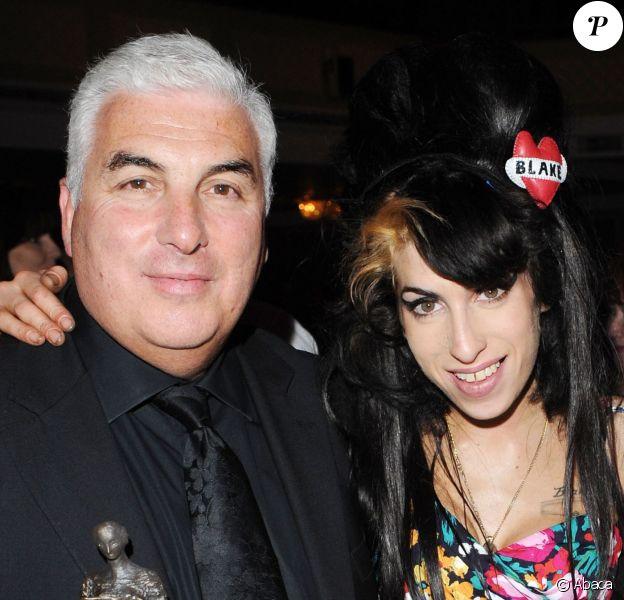 Amy Winehouse avec son père Mitchell et sa fille Janis aux 53e Ivor Novello Awards à Londres, le 22 mai 2008