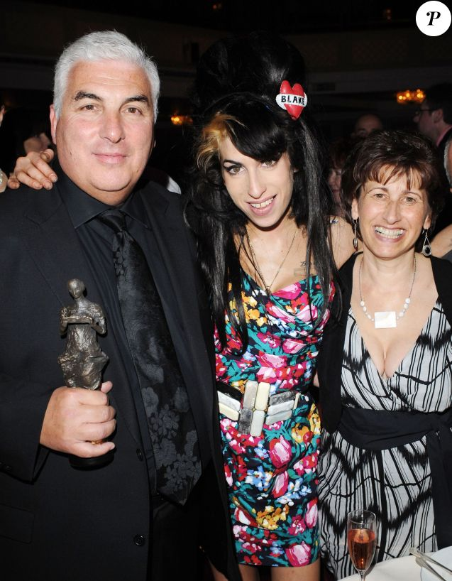 Amy Winehouse avec son père Mitchell et sa fille Janis aux 53e Ivor Novello Awards à Londres, le 22 mai 2008