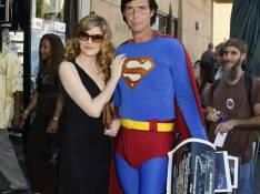 REPORTAGE PHOTO : La belle Rene Russo collée-serrée à... Superman !