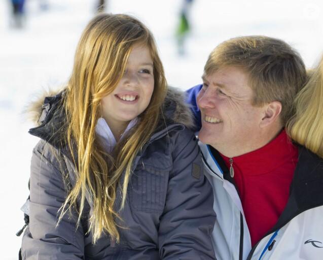 La princesse Alexia des Pays-Bas, 10 ans, ici avec son père le roi Willem-Alexander devant les photographes le 22 février, s'est cassé le fémur le 27 février 2016 en skiant à Lech am Arlberg. Elle a été opérée le jour même et a quitté l'hôpital le mardi 1er mars.