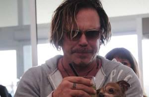 REPORTAGE PHOTOS : Pour les grandes occasions, Mickey Rourke partage son apéro avec... son chien!