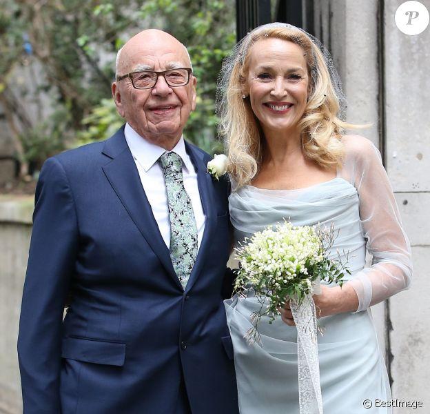 Rupert Murdoch et Jerry Hall, mariés, quittent l'église Saint-Bride à Londres le 5 mars 2016. © Cyril Moreau / Bestimage