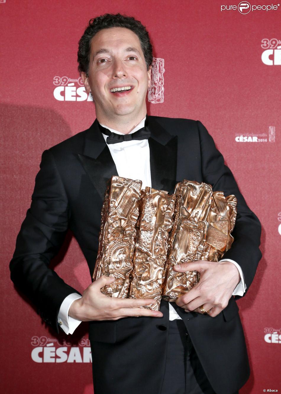 Guillaume Gallienne pose avec ces César aprèsla 39e cérémonie des César du Cinéma à Paris, le 28 février 2014.