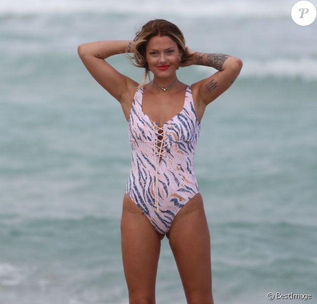 Caroline Receveur en vacances sur la plage de Miami, le 6 avril 2016.  Caroline Receveur spend some good times on Miami beach, April 6th, 2016.06/04/2016 - Miami