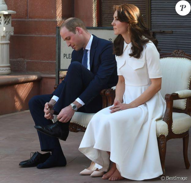 Kate Middleton, duchesse de Cambridge, a dû se déchausser pour arpenter pieds nus le jardin de Gandhi au musée (Gandhi Smriti) qui lui est dédié à New Delhi et où se trouve le mémorial érigé à l'endroit de son assassinat, le 11 avril 2016 dans le cadre de sa tournée royale en Inde avec le prince William.