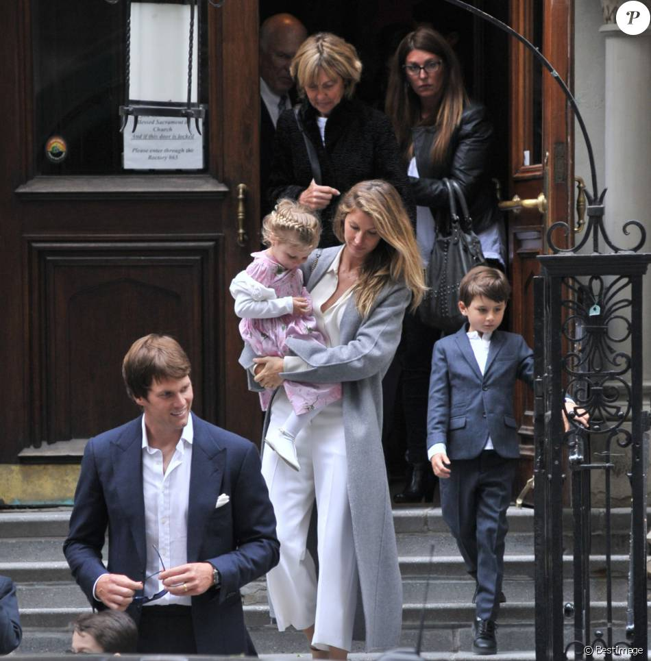 gisele b ndchen maman chic pour une rare sortie en famille purepeople. Black Bedroom Furniture Sets. Home Design Ideas