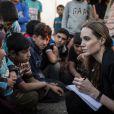 L'ambassadrice du UNHCR Angelina Jolie visitant des refugiés syriens dans un camp à la frontière jordanienne le 18 juin 2013.