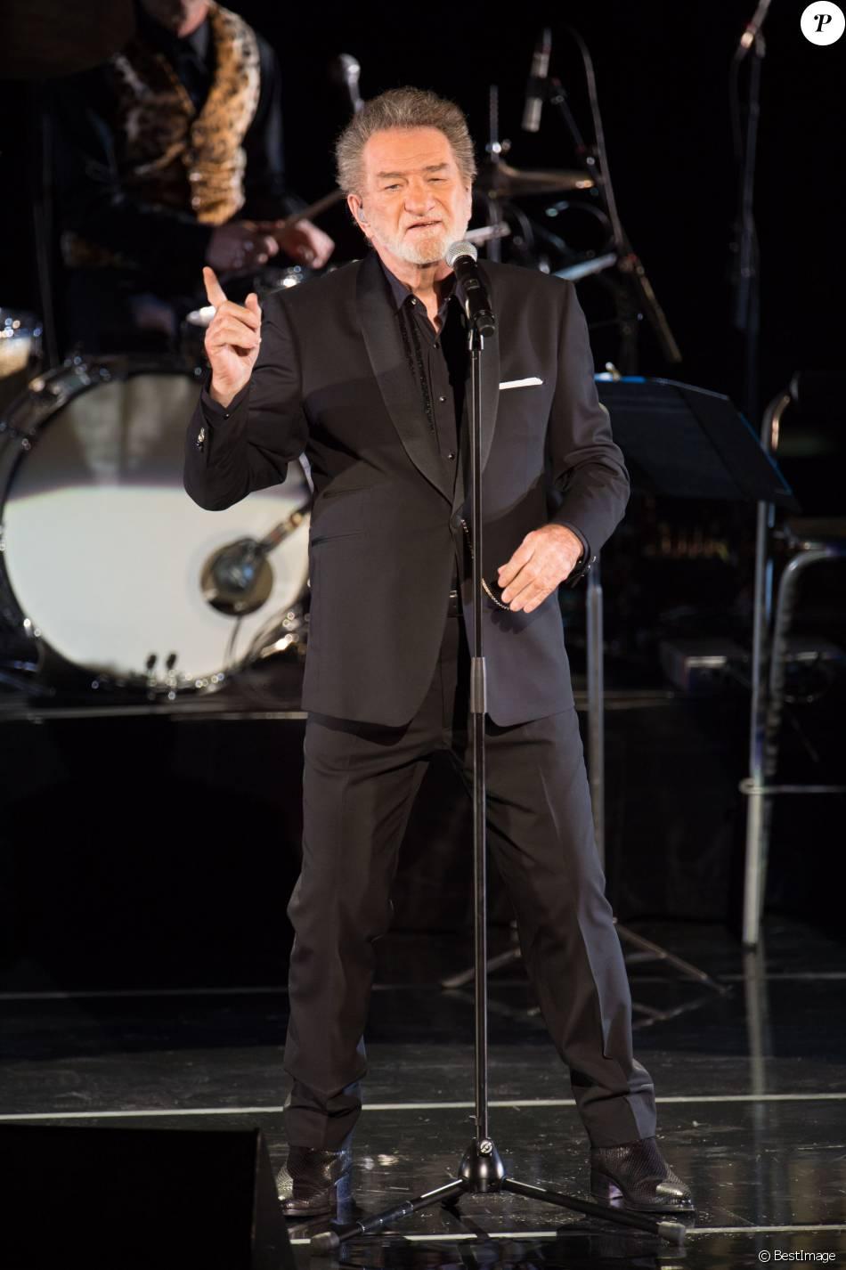 Eddy Mitchell en concert au Palais des Sports de Paris avec avec un Big Band de jazz de 21 musiciens le 16 mars 2016.
