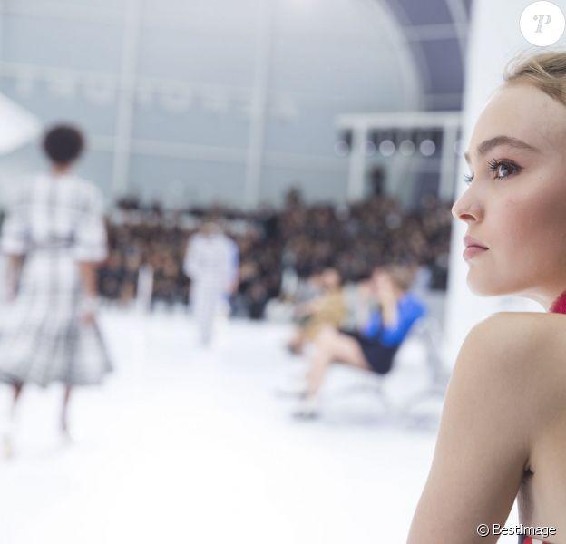 """Lily-Rose Depp au défilé de mode """"Chanel"""", collection prêt-à-porter printemps-été 2016, au Grand Palais à Paris. Le 6 octobre 2015"""