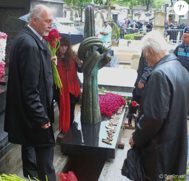 Guy Bedos - Obsèques de Maurice Sinet (Siné) et de sa première femme Anik au cimetière de Montmartre à Paris. Le 11 mai 2016