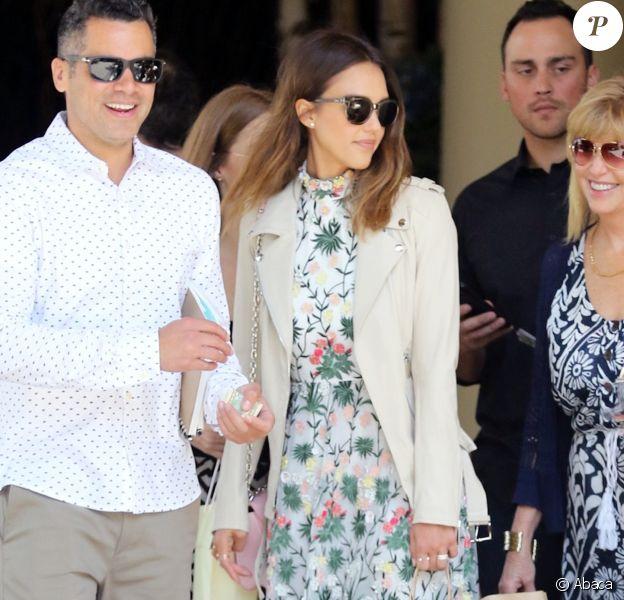 Jessica Alba quitte l'hôtel Four Seasons en famille, habillée d'un perfecto crème, d'une robe florale alice + olivia, d'un sac Louis Vuitton et de chaussures Saint Laurent. Los Angeles, le 8 mai 2016.