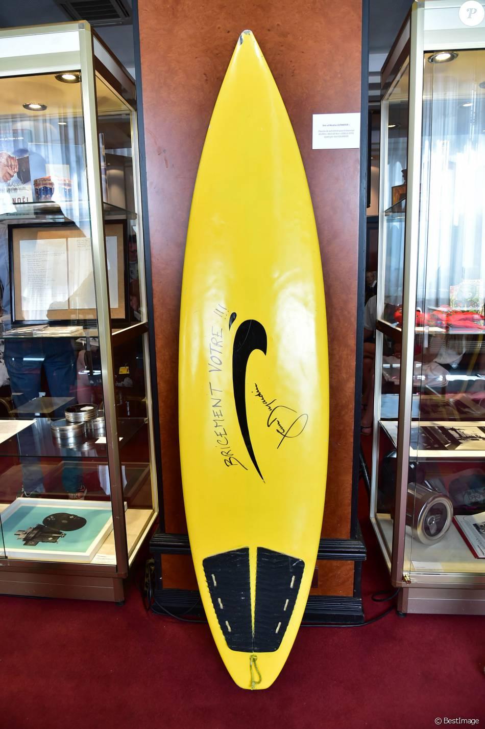 la planche de surf de brice de nice sign e par jean dujardin vente aux ench res exceptionnelle. Black Bedroom Furniture Sets. Home Design Ideas